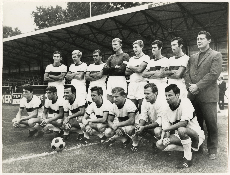 Holland Sport in 1968. Louwerens, onder tweede van rechts. Fotograaf Stokvis, collectie Haags Gemeentearchief.